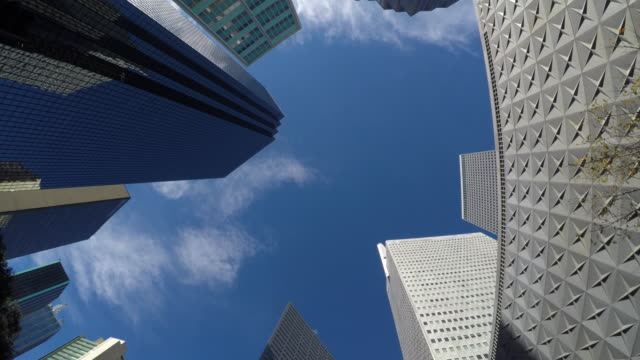 looking straight up dallas' skyscrapers - inquadratura dal basso video stock e b–roll