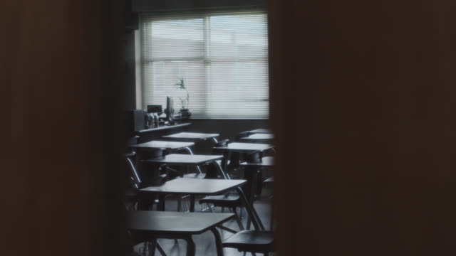 vídeos y material grabado en eventos de stock de looking through a classroom door window are empty school desks. - árido