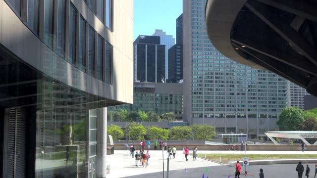 vídeos y material grabado en eventos de stock de looking through a glass window inside new city hall towards the nathan phillips square, in toronto, ontario, canada on may 23, 2015. - lugar famoso local