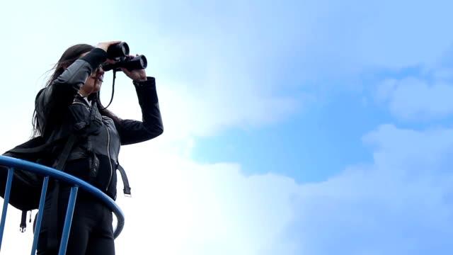 blick durch das fernglas  - fernglas stock-videos und b-roll-filmmaterial