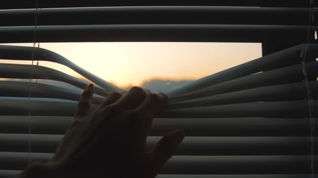 vídeos de stock, filmes e b-roll de olhando através das cortinas - espreitando