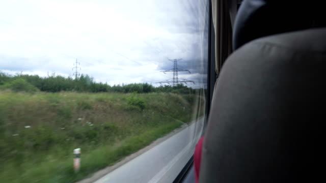 blick durch das fenster, um die wiesendatei zu sehen, während er im sommer auf dem bus in cesky krumlov, tschechische republik sitzt - bus stock-videos und b-roll-filmmaterial