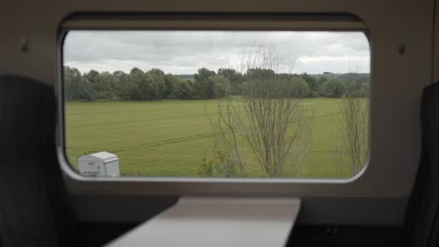 vídeos de stock e filmes b-roll de looking through the windows of a train - comboio