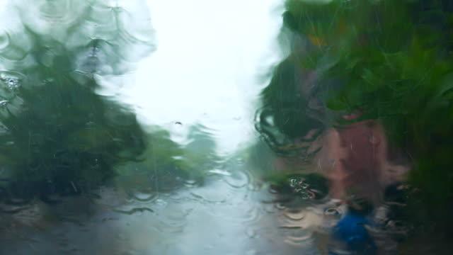 vídeos de stock, filmes e b-roll de olhando através da janela dentro do carro no dia chuvoso - atrás