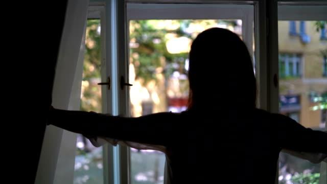 stockvideo's en b-roll-footage met het kijken door venster - gordijn