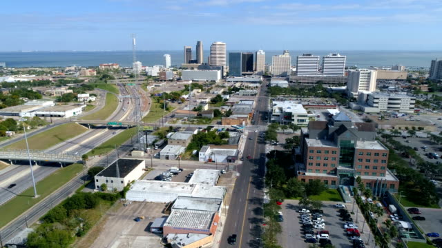 vídeos de stock e filmes b-roll de looking towards corpus christi , texas , usa aerial drone view from above the city looking out over the water - edifício do governo local