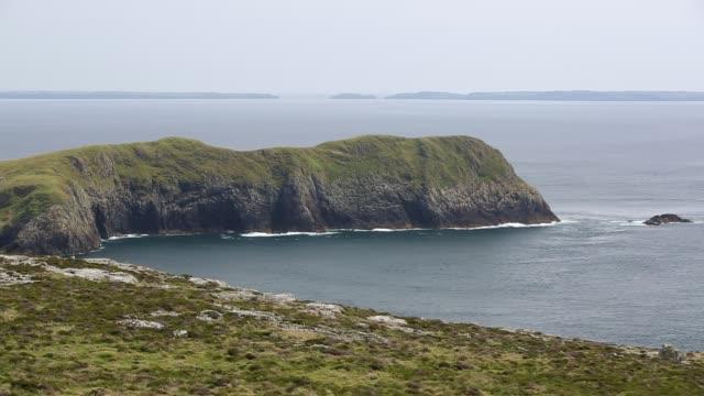 looking towards yns bery off the southern tip of ramsey island, pembrokeshire, wales, uk. - ペンブローク点の映像素材/bロール