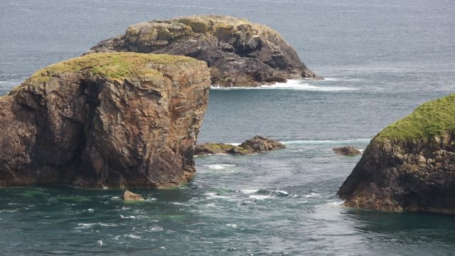 looking towards yns cantwr off the southern tip of ramsey island, pembrokeshire, wales, uk with the tidal race rushing through. - ペンブローク点の映像素材/bロール