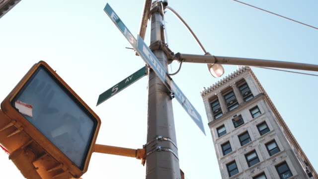 looking up at a 13th street intersection in new york city - wegweiser stock-videos und b-roll-filmmaterial