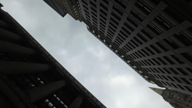 guardando l'edificio vintage di chicago nel distretto finanziario, il, usa - low angle view video stock e b–roll