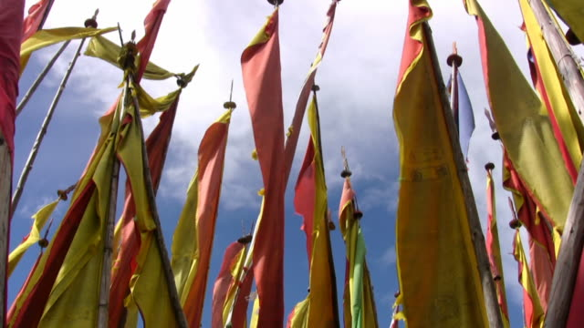 looking up at tall prayer flags - bhutan series - bhutan stock videos & royalty-free footage