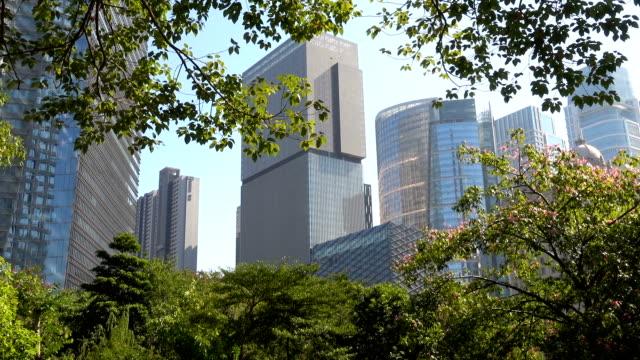vídeos de stock, filmes e b-roll de olhando para cima do prédio corporativo - preservação ambiental