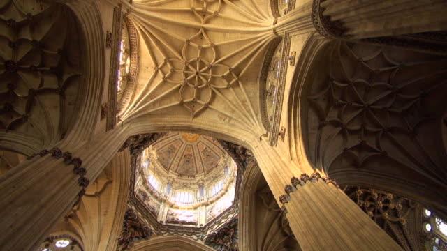 vídeos de stock e filmes b-roll de looking up inside the new cathedral of salamanca - teto