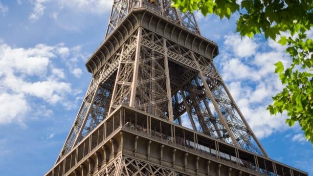 blick auf den eiffelturm in paris - low angle view stock-videos und b-roll-filmmaterial