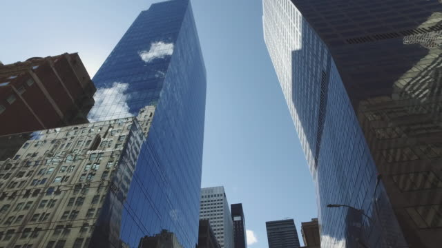 stockvideo's en b-roll-footage met op zoek naar de empire state building, ny city - financieel district