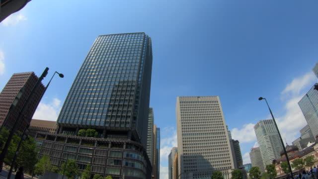 超高層ビルの眺めを見上げる - 真下からの眺め点の映像素材/bロール