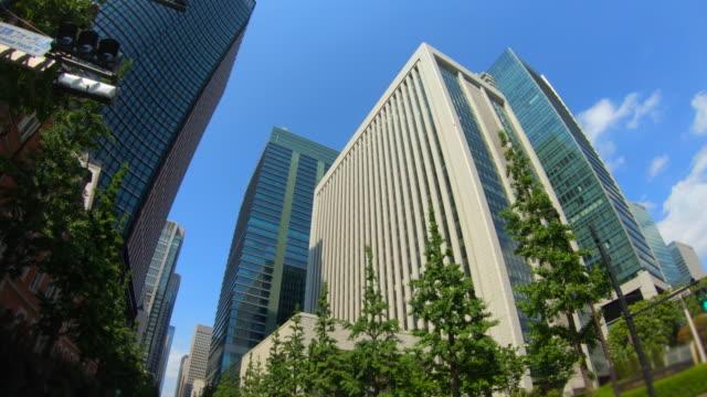超高層ビルの眺めを見上げる - 見上げる点の映像素材/bロール