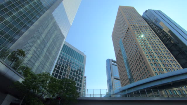 looking up view of skyscraper - edificio adibito a uffici video stock e b–roll
