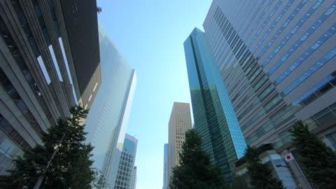 titta upp utsikt över sky skrapa - finanskvarter bildbanksvideor och videomaterial från bakom kulisserna