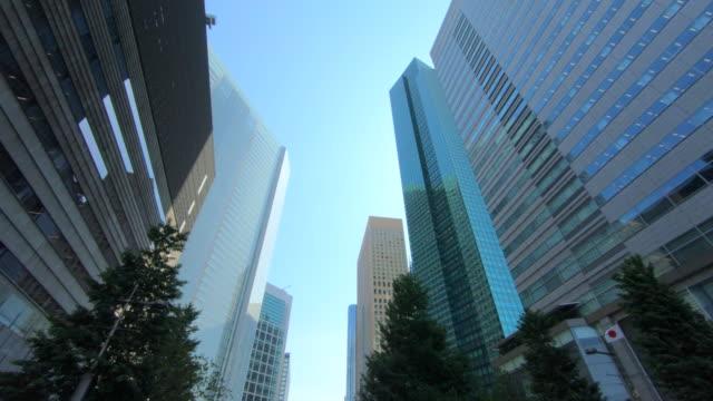 超高層ビルの眺めを見上げる - オフィスビル点の映像素材/bロール