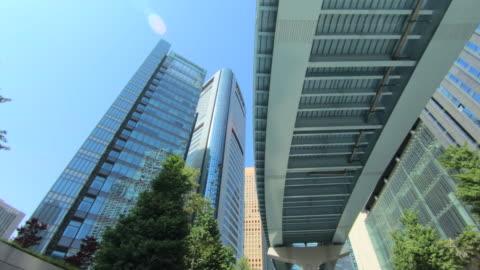 vídeos y material grabado en eventos de stock de mirando hacia arriba vista de rascacielos - vehículo terrestre