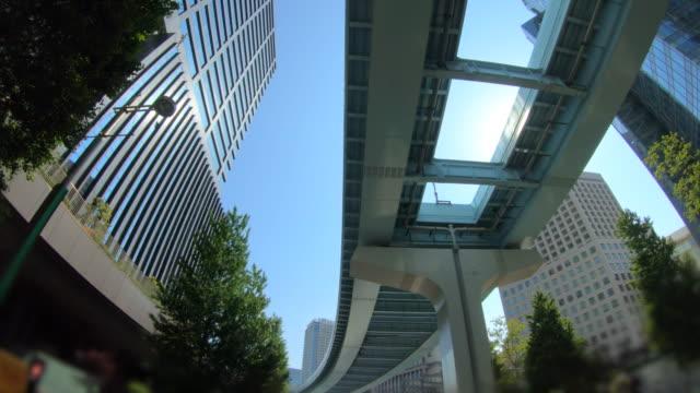 blick auf den wolkenkratzer - fensterfront stock-videos und b-roll-filmmaterial