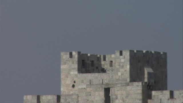 vídeos de stock, filmes e b-roll de lookout platform of jerusalem city wall - jerusalém