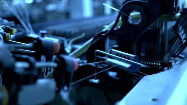 webstuhl unter derarbeit in der denim-werkstatt - jeans stock-videos und b-roll-filmmaterial