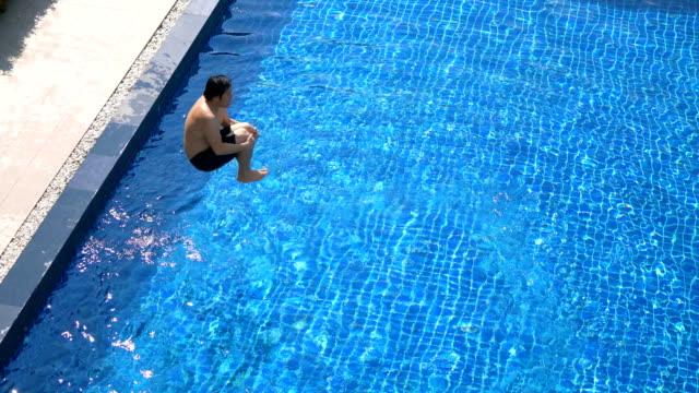 vídeos y material grabado en eventos de stock de loopable - 8 fotos de hombres asiáticos saltando en la piscina - bañador de natación