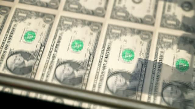 vidéos et rushes de plan rapproché loopable de l'impression des billets de $1 dollar, bureau de vue latérale de la gravure et de l'impression - chiffre 1