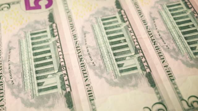vídeos de stock e filmes b-roll de loopable close-up of printing $5 dollar bills, bureau of engraving and printing - nota de cinco dólares dos estados unidos