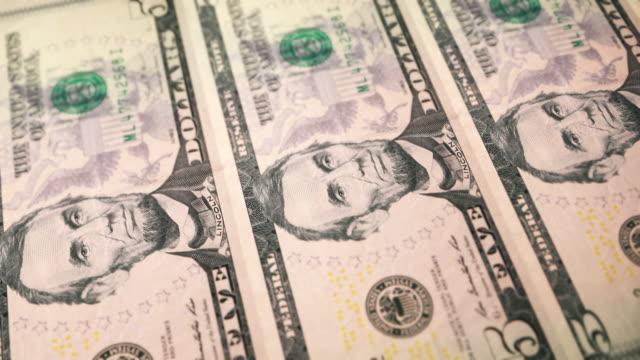 vídeos de stock e filmes b-roll de loopable close-up side view of printing $5 dollar bills, bureau of engraving and printing - nota de cinco dólares dos estados unidos