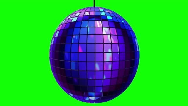 loopable disco kugel rotiert langsam auf greenscreen - diskothek stock-videos und b-roll-filmmaterial