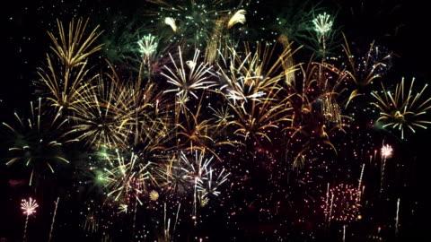 vídeos y material grabado en eventos de stock de en bucle fuegos artificiales - fuegos artificiales