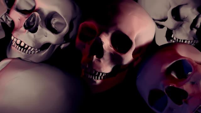 vídeos de stock, filmes e b-roll de circulares, halloween, câmera girando sobre um campo of skulls - assassinato