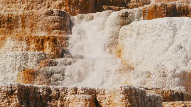 vídeos y material grabado en eventos de stock de loopable mammoth hotspring close up - caldera cráter