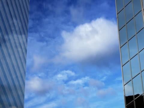 ntsc: endlos wiederholbar wolkenkratzer - fensterfront stock-videos und b-roll-filmmaterial
