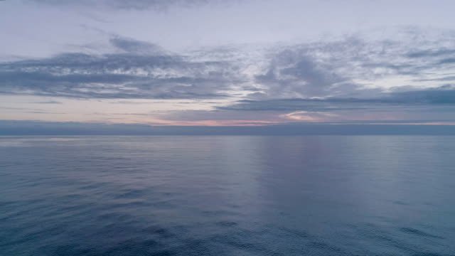 vídeos de stock e filmes b-roll de loop-able video of calm ocean surface - horizonte