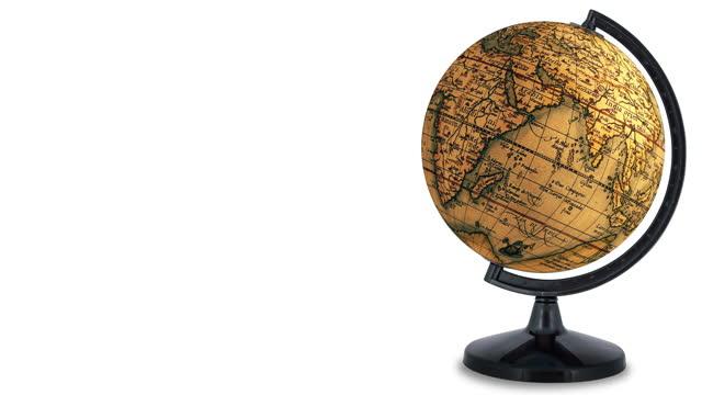 vidéos et rushes de boucler le globe antique avec la pièce pour la copie, tourne continuellement sur le fond blanc - endroit isolé