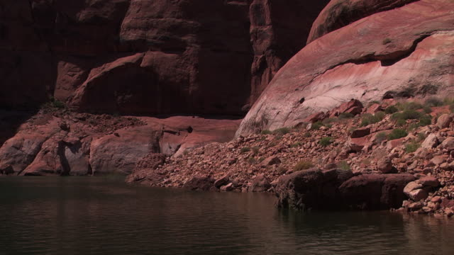 loose rock litters the shore of a canyon river in nevada. - black canyon stock videos & royalty-free footage