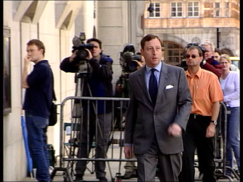 lord archer perjury trial: libel win payout evidence; england: london: ext news of the world reporter neville thurlbeck along as arriving at court... - 文書による名誉棄損点の映像素材/bロール