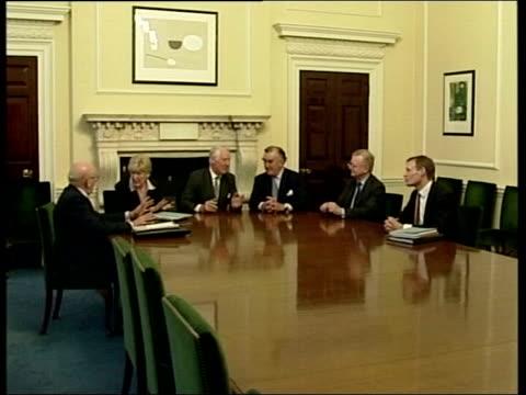 stockvideo's en b-roll-footage met lib seq lord butler other members of the butler committee seated round table - huishoudelijke dienstverlening