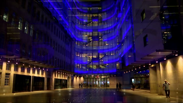 vidéos et rushes de lord coe tipped to be next chairman of the bbc; night 'bbc' sign outside broadcasting house exterior of broadcasting house - bbc