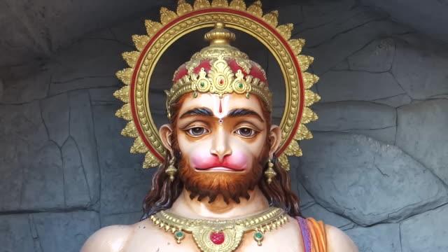 vidéos et rushes de lord hanuman sculpture, india - dieu