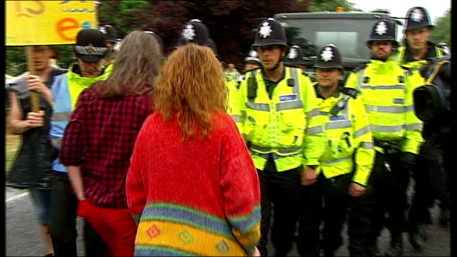 vídeos de stock, filmes e b-roll de lord howell suggests fracking move to 'desolate' north east england west sussex balcombe ext police officers escorting lorry towards antifracking... - moving activity