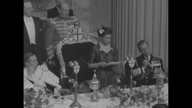 WS Lord Mayor of London Noel Bowater applauds as Queen Elizabeth II pauses during her speech at banquet celebrating her return to England from 50000...