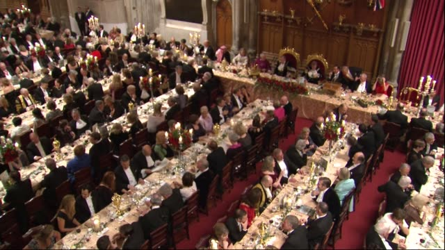 vidéos et rushes de lord mayor's banquet and speeches; england: london: guildhall: int high shot guests seated / zoom in david cameron mp seated with jeffrey evans and... - invité
