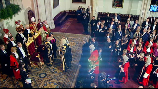 stockvideo's en b-roll-footage met lord mayor's banquet at london's guildhall arrivals int * * music heard during the following shots sot * * high angle shot of judges parading in wigs... - pruik