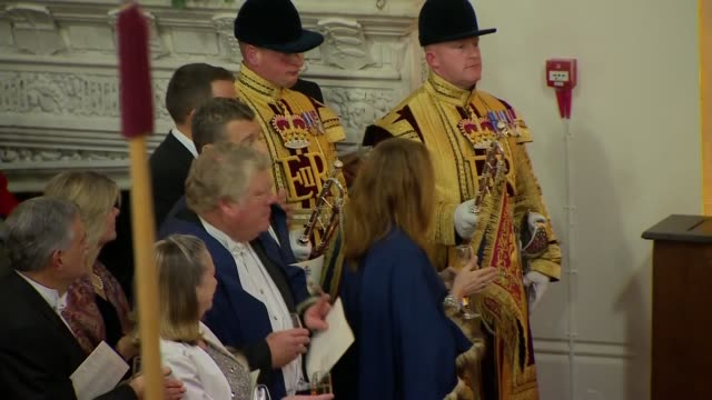 lord mayor's banquet interior arrivals and procession england london city of london guildhall int **music heard sot** trumpeters playing sot / guests... - ジャスティン・ウェルビー点の映像素材/bロール