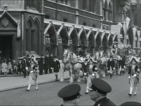 lord mayor's show; ** digitised version of t09116304 ** 5.45pm story england: london: law courts: ext parade of paratroopers followed by band at lord... - column stock videos & royalty-free footage
